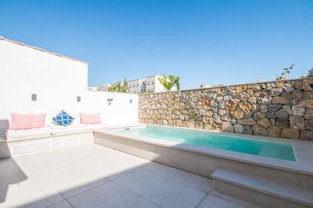Schönes, renoviertes Stadthaus mit Pool, Spa und Dachterrasse in Molinar