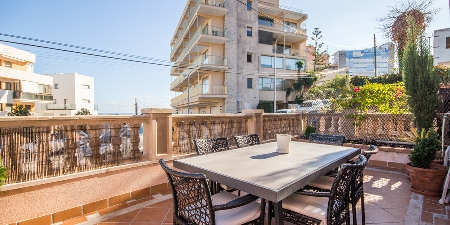 Spacious apartment with multiple terraces and sea views in Bonanova