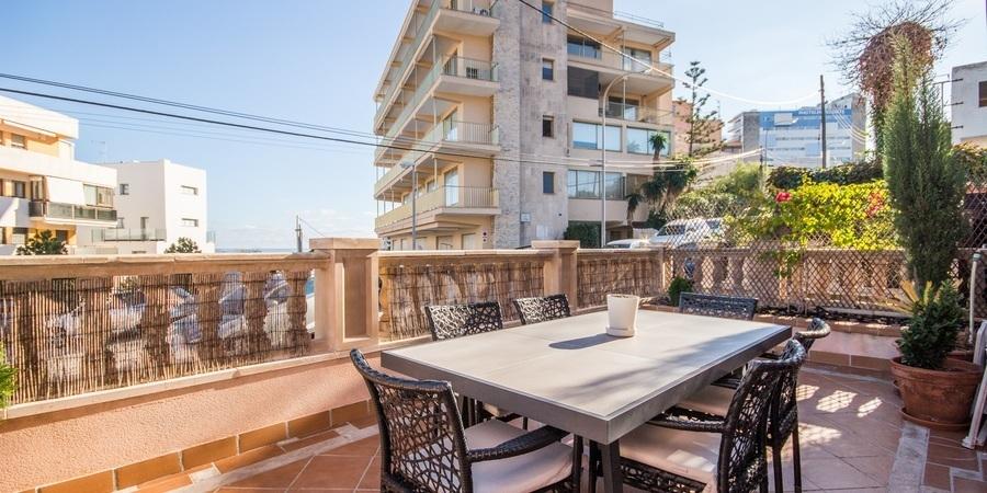 Rymlig lägenhet med flera terrasser och havsutsikt i Bonanova