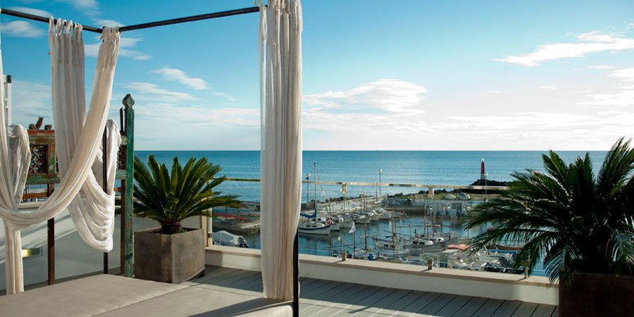 Front line penthouse with uninterrupted sea views in Molinar