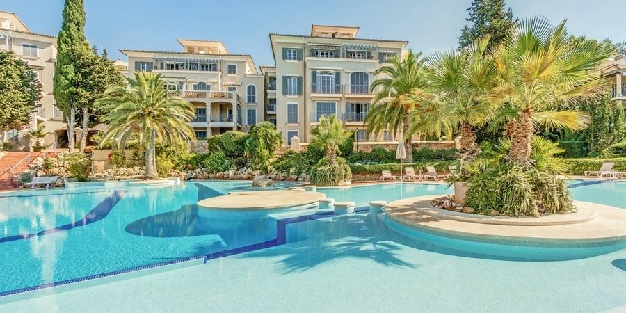 Modern toppvåning med terrasser i eftertraktade Bendinat Golf