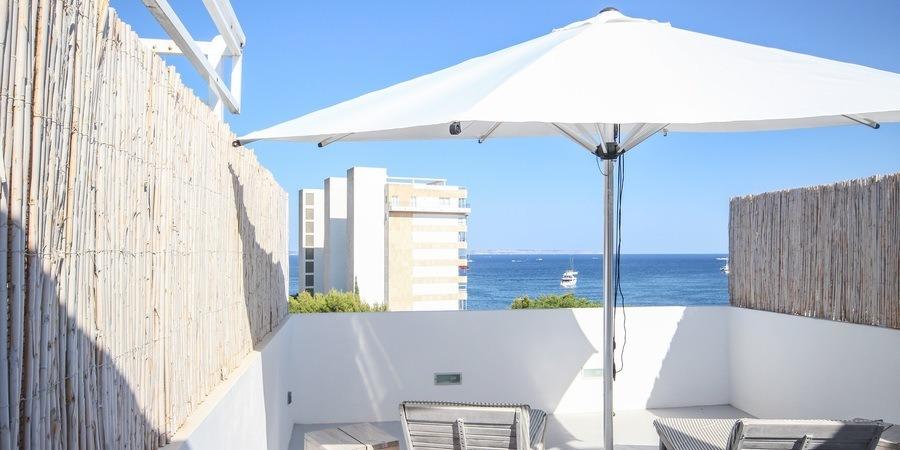 Increíble ático dúplex diseñado en un hermoso diseño ibicenco con terraza y vistas al mar en Palmanova