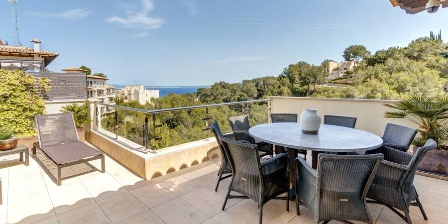Ljus och luftig taklägenhet med stor solig terrass och pool i Cas Catalá