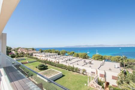 Casa de pueblo moderna con terraza en la azotea y vistas impresionantes al mar en Son Veri Nou