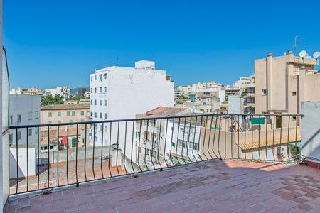 Takvåning med en stor terrass nära marknaden i Pere Garau