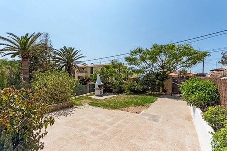 Bright and spacious ground floor apartment with garden and communal pool in Santa Ponsa
