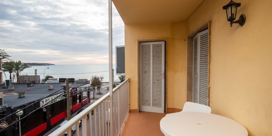 Beachfront apartment with balcony and sea view in Arenal