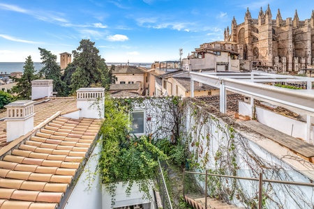 Stunning city palace with pool, roof terrace and sea views in the Old town