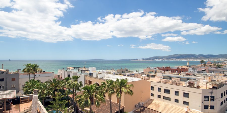 Solig lägenhet med fin havsutsikt och 35 kvm inbyggd terrass i Molinar