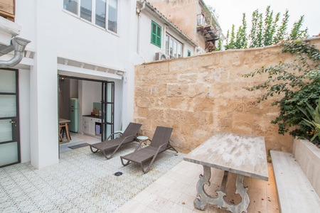 Outstanding ground floor apartment with sunny courtyard in Santa Catalina
