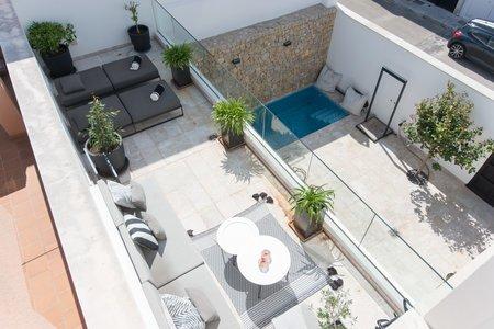 Fantastiskt radhus med flera terrasser och egen pool i hjärtat av Molinar
