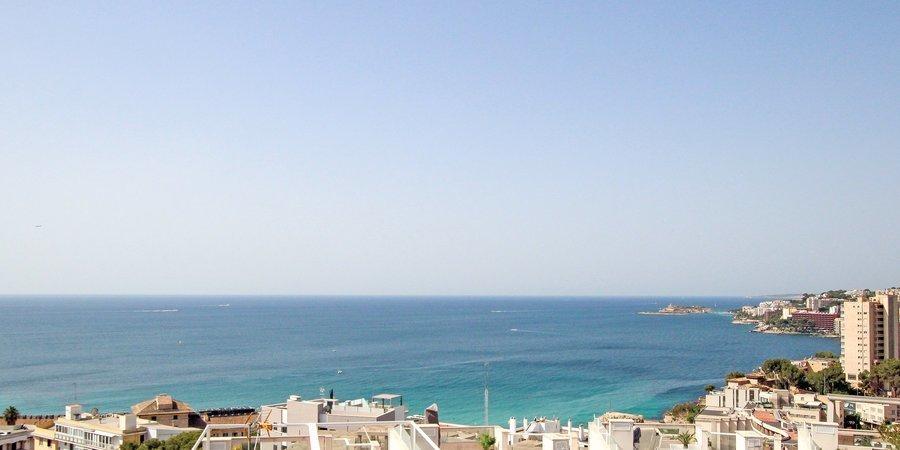 Apartamento de vacaciones con terraza en la azotea, vistas al mar, aparcamiento y piscina en Cala Mayor