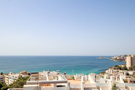 Perfect holiday apartment with roof terrace, sea views, parking and pool in Cala Mayor