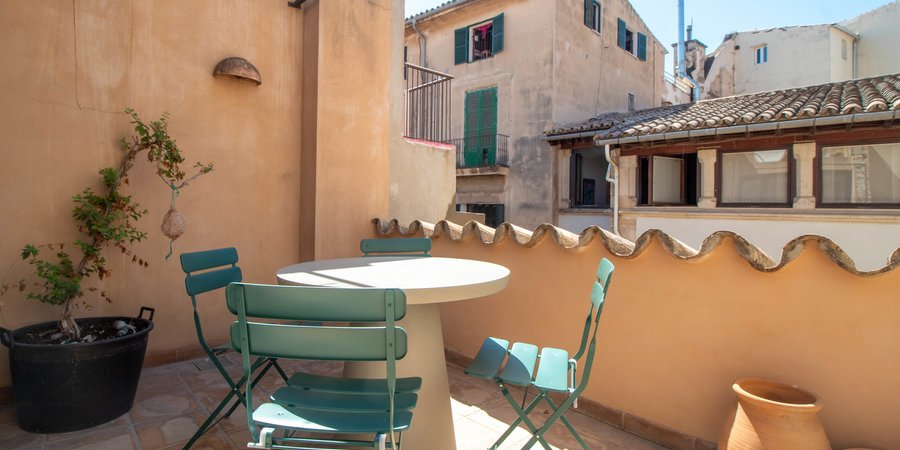 Renovated townhouse with private terrace in La Lonja