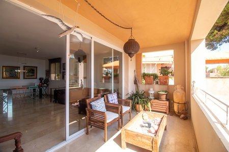 Ljus lägenhet med havsutsikt, terrass och pool i La Bonanova