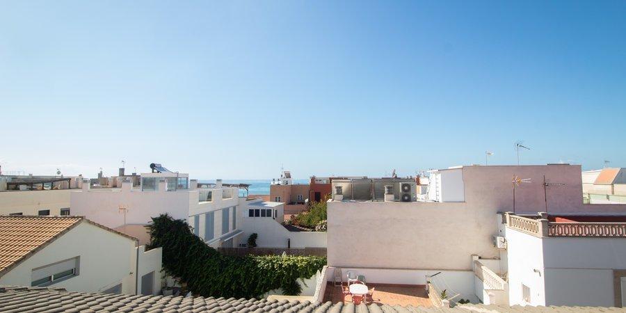 Luminoso adosado con vistas al mar y patio terraza en Molinar