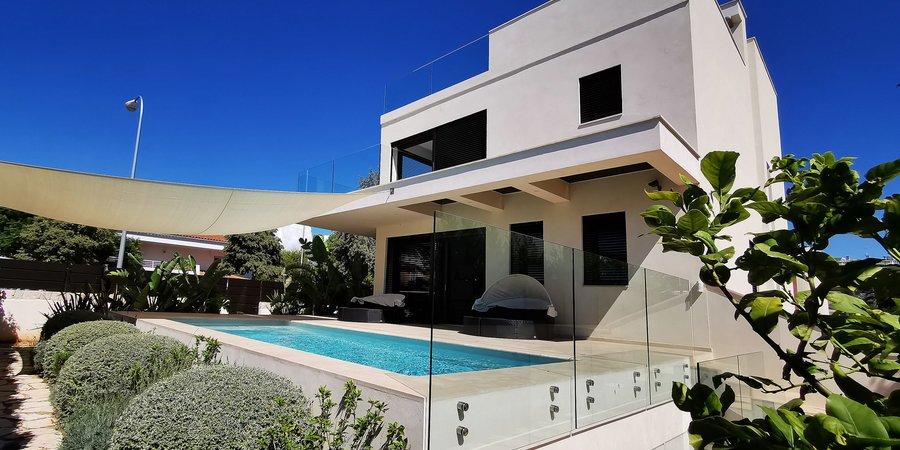 Modern villa med trädgård och pool i Ciudad Jardin