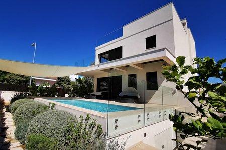 Villa moderna con jardín y piscina en Ciudad Jardín