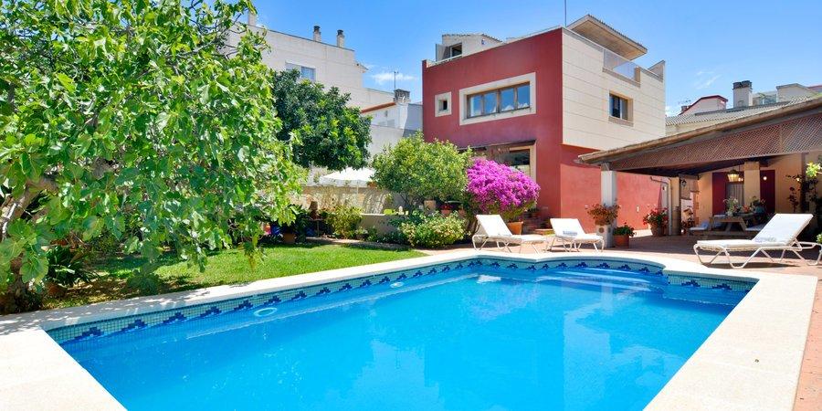 Fantastiskt hus med trädgård, pool och takterrass nära havet i Molinar