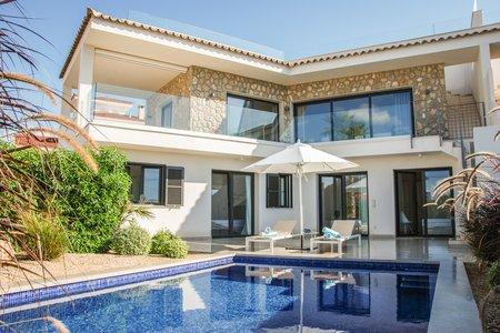Maravillosa casa de nueva construcción con vistas al mar en Bahía Azul