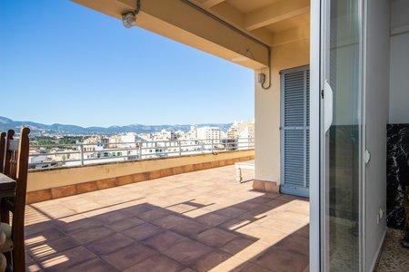 Rymlig takvåning med stor terrass nära Ramblas i Palma