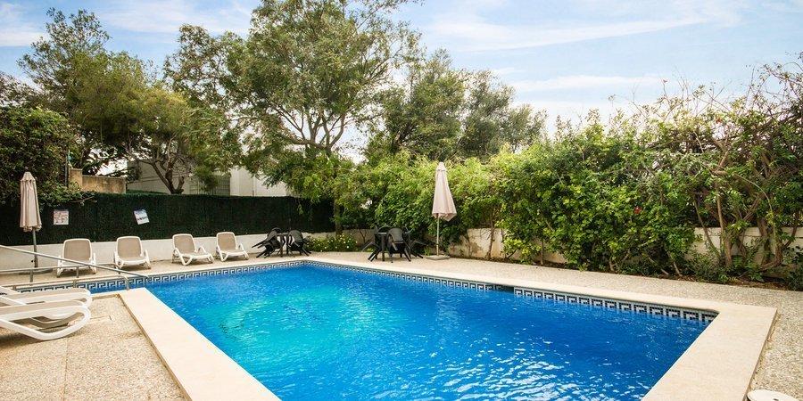 Apartamento de vacaciones con piscina en el popular Portals Nous
