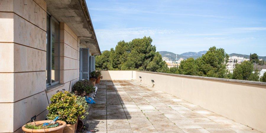 Trevlig taklägenhet med mycket stor terrass i Son Dureta