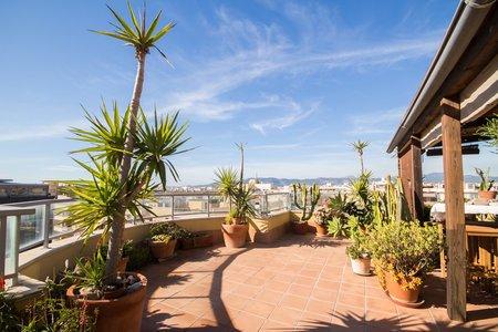 Takvåning med havsutsikt och fantastiska terrasser i Molinar