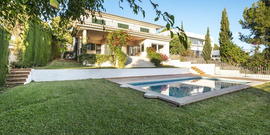 Fantastisk villa med pool och havsutsikt i underbara Bendinat