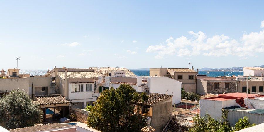 Stadthaus auf Eck zum Renovieren mit Dachterrasse und Meerblick in Molinar
