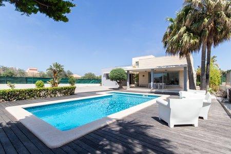 Moderna villa con piscina, jardín y solarium cerca del mar en Sa Torre
